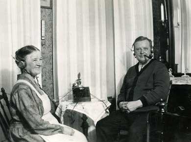 Pärs morföräldrar hör på radio 1925